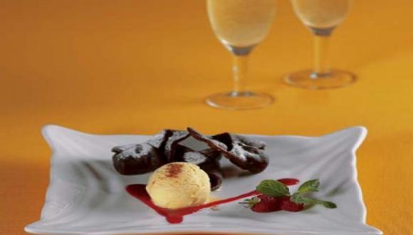 Tortelli relleno de queso, chocolate blanco con frambuesas