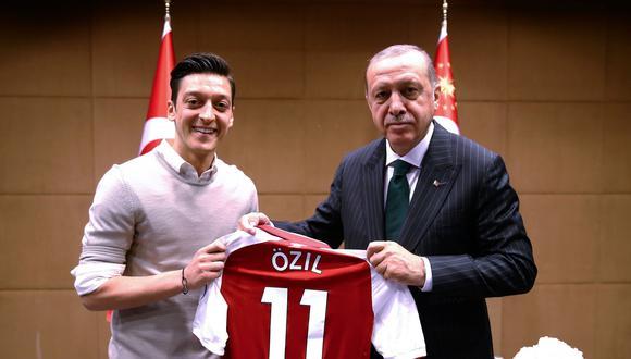 Mesut Özil, que pertenece al Arsenal inglés, está en el centro de la polémica desde la publicación en mayo de una foto en la cual posa con el presidente turco Recep Tayyip Erdogan. (AFP)