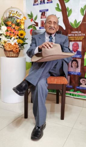 Don César Ortiz cumplió 100 años de vida y lo celebró de la mejor manera al lado de sus familiares | Foto: Sandro Chambergo