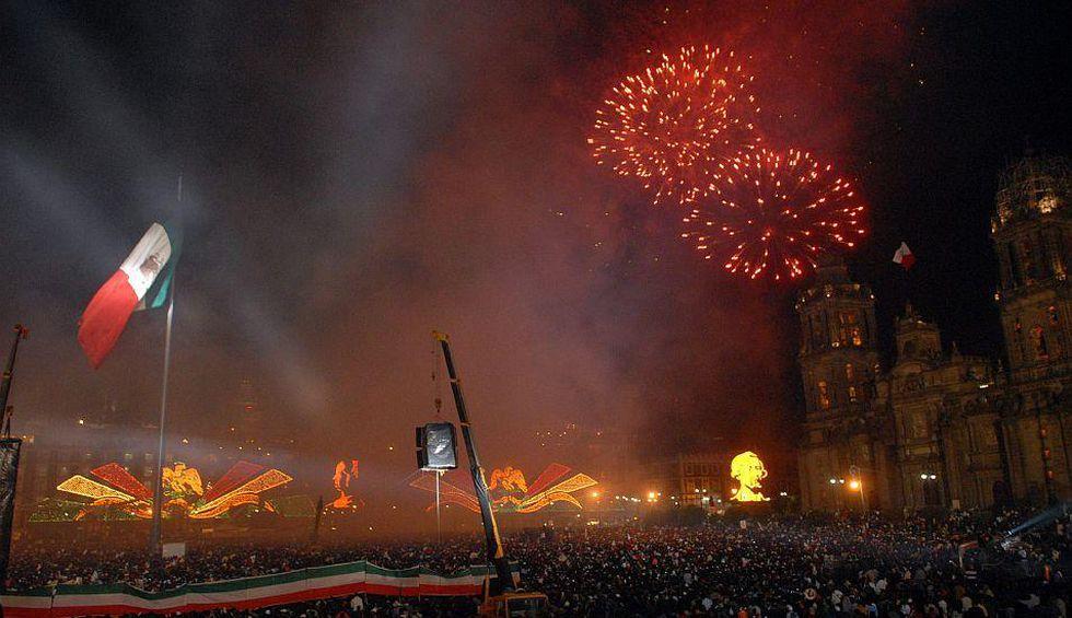El Zócalo de la capital mexicana es el lugar tradicional para celebrar el aniversario de la Independencia de México con un espectáculo de fuegos artificiales. (Foto: EFE)