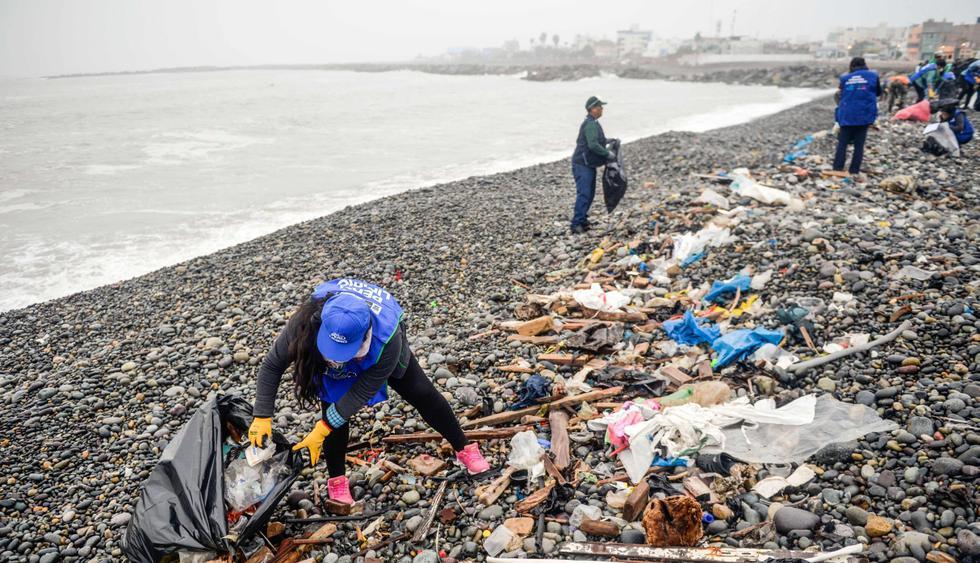 Cerca de mil voluntarios participaron en jornada de limpieza. Hasta neumáticos se encontraron entre las piedras de la playa del Callao. (Foto: AFP)