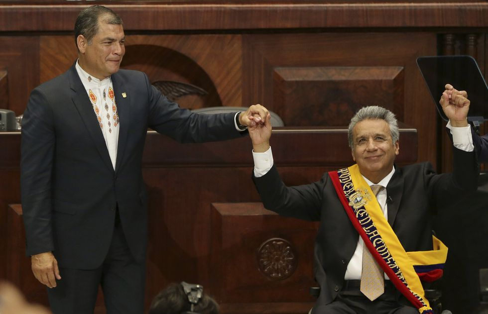 El 24 de mayo del 2017, Rafael Correa le entregó la banda presidencial a Lenín Moreno. La pugna empezó semanas después. (AP)