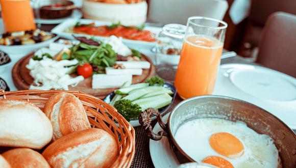 Si bien el brunch se disfruta en un restaurante, también se puede preparar en casa y pasarla en familia. (Foto: Pexels)