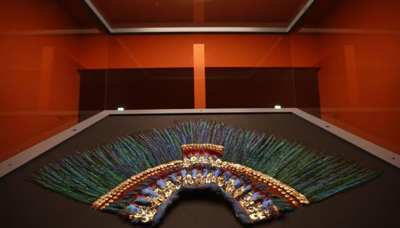 Entre 2010 y 2012, expertos del INAH restauraron el penacho formado por 222 plumas de distintas aves montadas sobre una base de oro con incrustaciones de piedras semipreciosas. (Foto: Alexander Klein / AFP)