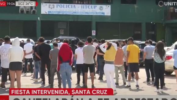 Canales de televisión mostraron a los jóvenes parados en un patio guardando la distancia correspondiente mientras las autoridades verifican si alguno tiene COVID-19. (Captura: Unitel Bolivia)
