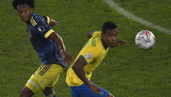 Juan Guillermo Cuadrado en un cruce con Alex Sandro. | Foto: Copa América