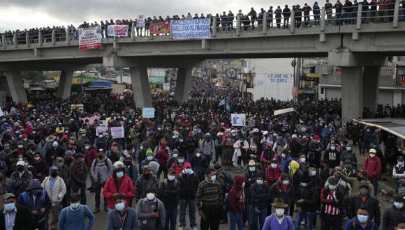 Manifestantes bloquean la Carretera Interamericana en Totonicapán, Guatemala, luego de que líderes indígenas aquí convocaron a una huelga nacional para presionar al presidente guatemalteco Alejandro Giammattei a renunciar. (Foto: AP / Moises Castillo)