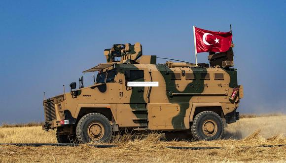 Un vehículo militar turco participa en una patrulla conjunta con estados Unidos en la aldea siria de al-Hashisha, en las afueras de la ciudad de Tal Abyad. (AFP / Delil SOULEIMAN).