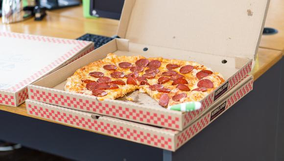 Un aficionado sació sus ganas de comer pizza durante un partido de fútbol en Inglaterra. (Pixabay/Referencial)