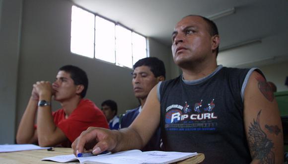 CALLAO, 1 DE ABRIL DEL 2004VISITA A LAS INSTALACIONES DEL PENAL SARITA COLONIA UBICADO EN EL CALLAO. VISTA DE LAS ACTIVIDADES DIARIAS DE LOS INTERNOS.FOTO: FERNANDO FUJIMOTO / EL COMERCIO