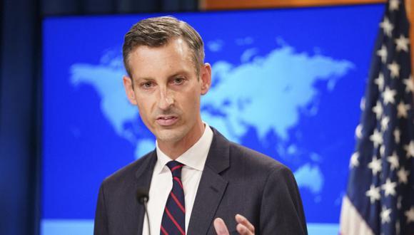 El portavoz del Departamento de Estado de EE.UU., Ned Price, ofrece una conferencia de prensa sobre Afganistán en el Departamento de Estado en Washington, DC. (Foto: KEVIN LAMARQUE / POOL / AFP).