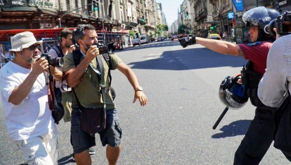 Reprimen y detienen a dos fotógrafos durante protesta en Argentina. (Enfoque Rojo)
