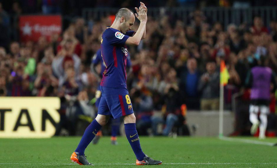 Andrés Iniesta fue ovacionado por todos los aficionados en el Camp Nou, salió del campo en el minuto 56 entre gritos y aplausos de lo hinchas para el ingreso de Paulinho (Foto: Reuters)