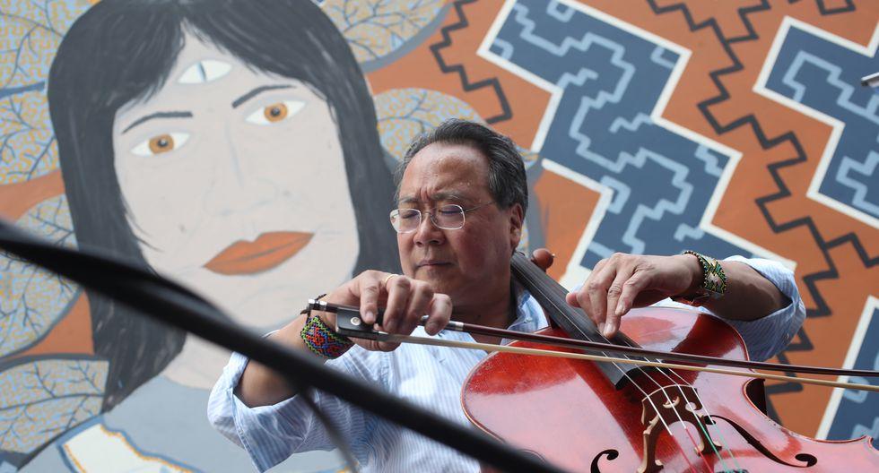 El célebre violonchelista Yo-Yo Ma le dedicó un tema musical a la comunidad shipiba de Cantagallo, afectada profundamente por la epidemia del coronavirus COVID-19. La foto muestra al músico chino tocando frente a un mural shipibo-konibo durante su visita al Centro Histórico de Lima en 2019. (Foto: Dante Piaggio).