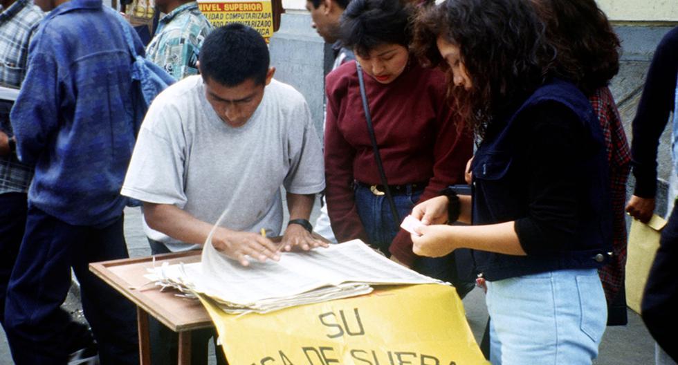 Estas jóvenes estudiantes consultan su centro de votación al paso. Foto: Enrique Flor/ GEC Archivo Histórico