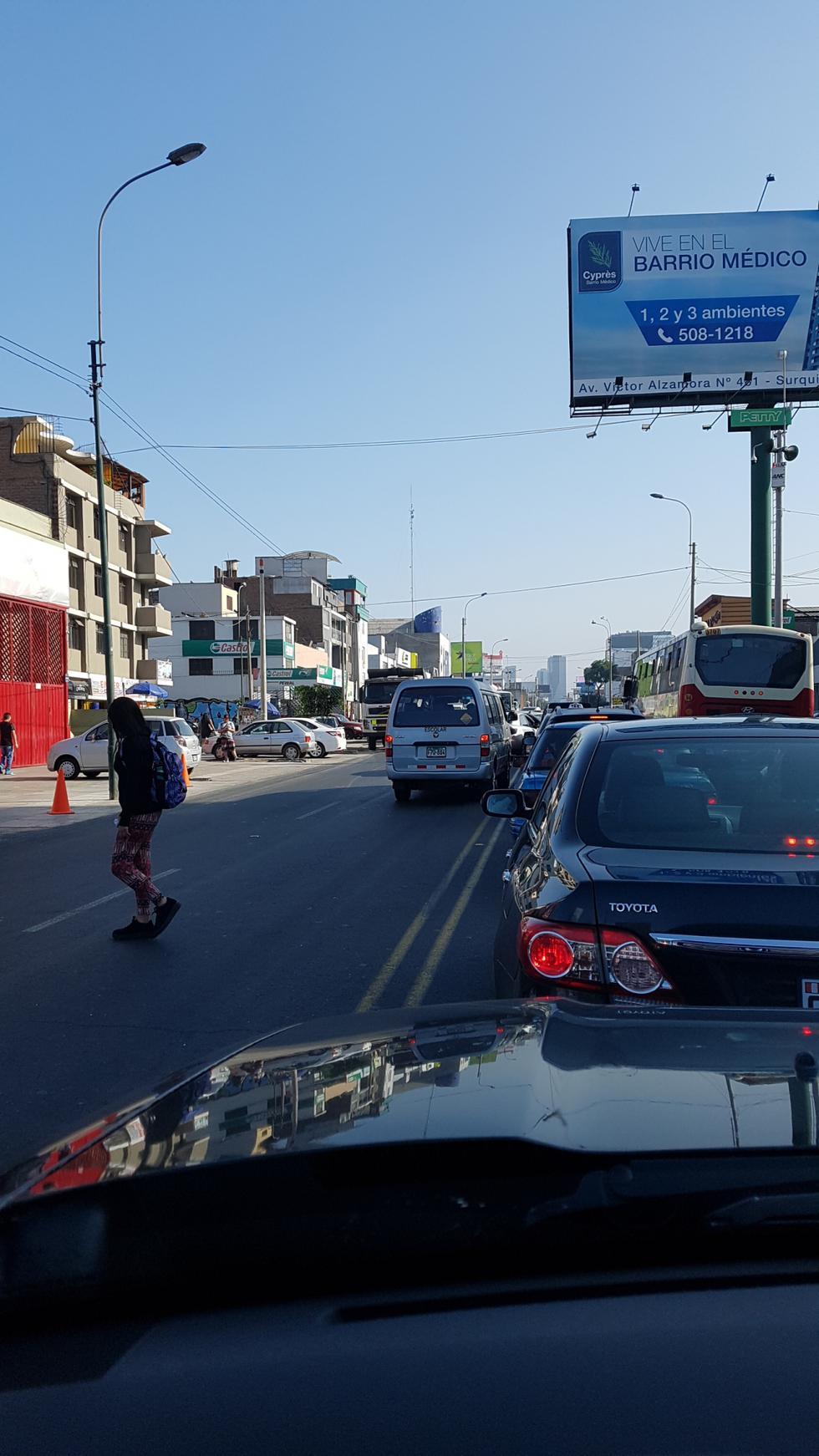 Movilidad escolar transitó en sentido contrario en plena Av. República de Panamá (Foto: WhatsApp El Comercio)