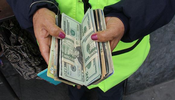 En el mercado paralelo o casas de cambio de Lima, el tipo de cambio se cotizaba a S/3,705 la compra y S/3,735 de cada billete verde. (Foto: GEC)