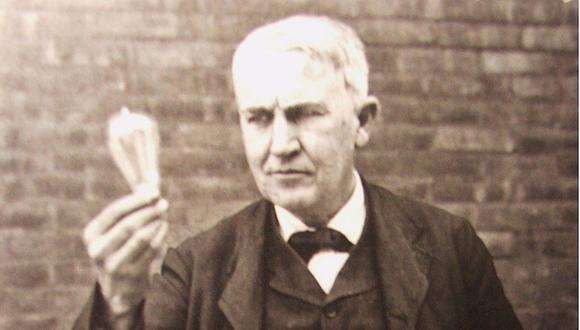 Las invenciones de Thomas Alva Edison contribuyeron al desarrollo de la Revolución Industrial.