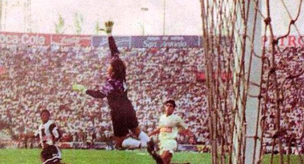 Gol de Jayo, que le sombrea el balón a Celso Guerrero, en ese 6-3 de Alianza en Matute. (Foto: Archivo El Comercio)