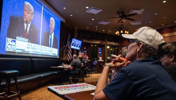 Una persona observa el debate presidencial final entre el presidente Donald Trump y el exvicepresidente Joe Biden, el 22 de octubre de 2020 en San Antonio, Texas. (Sergio Flores/Getty Images/AFP).