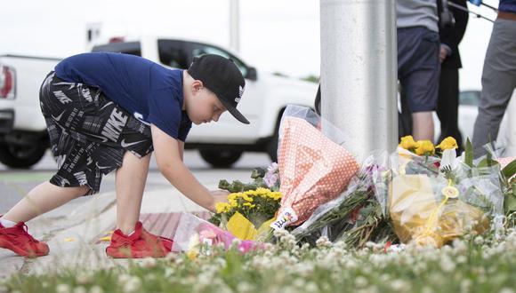Un chico deja una figura de acción de Hulk para el niño de nueve años que permanece en el hospital con heridas graves, en el lugar donde un hombre que conducía una camioneta golpeó y mató a cuatro miembros de una familia musulmana en London, Ontario, Canadá. (Foto: Nicole OSBORNE / AFP).