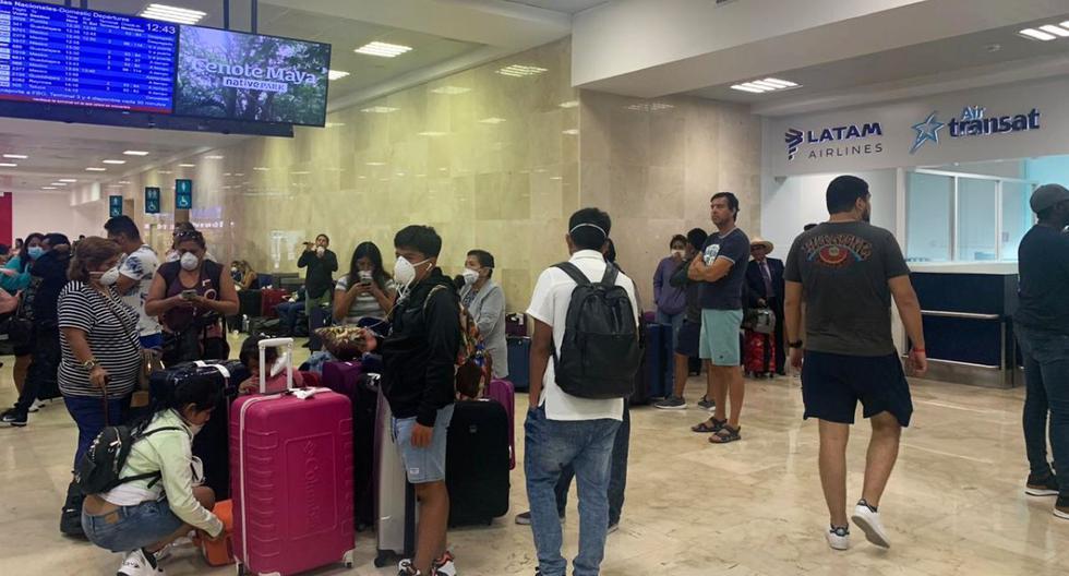 Con las maletas listas, pero sin fecha de retorno. Esta la situación de un grupo de peruanos varados en el aeropuerto internacional de Cancún, México. (Foto: María Claudia Alba)