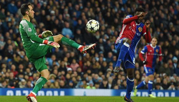 Claudio Bravo volvió a ser titular en el Manchester City y se lució contra Basilea. (Foto: AFP)