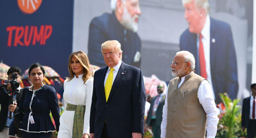 El primer ministro de la India, Narendra Modi, saluda al presidente estadounidense Donald Trump y a la primera dama Melania Trump a su llegada al aeropuerto internacional Sardar Vallabhbhai Patel en Ahmedabad. (AFP)