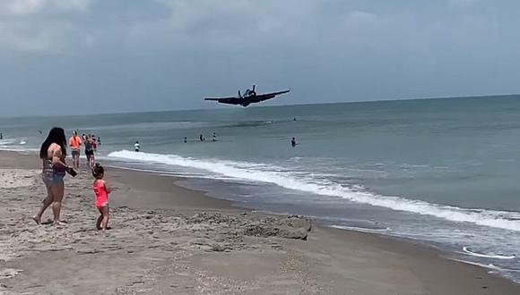 Un avión de la Segunda Guerra Mundial aterriza en una playa llena de turistas. (Foto: Don Xavier / Facebook)