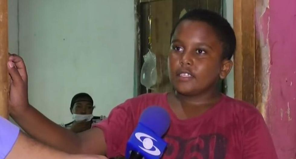 Yesid ha tenido que pedir continuamente permisos en su colegio para quedarse en casa y atender a su mamá. (Foto: Captura Caracol)