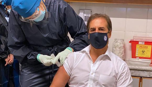 El presidente de Uruguay, Luis Lacalle Pou, es vacunado contra el coronavirus. (Foto: AFP).