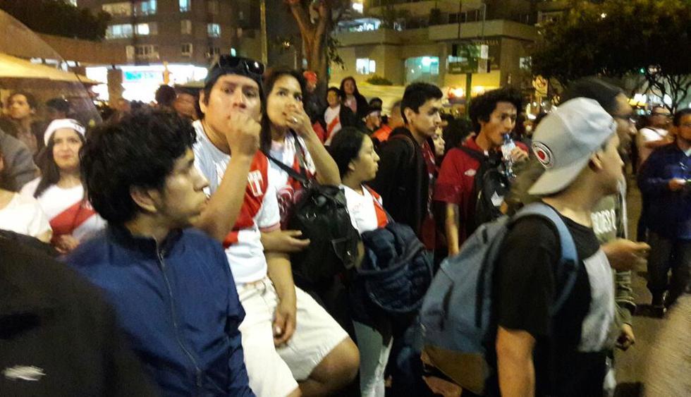 Muchos establecimientos lanzaron promociones para que  amigos y compañeros de trabajo asistan a ver el Perú vs. Argentina. (Jorge Malpartida Tabuchi/El Comercio)