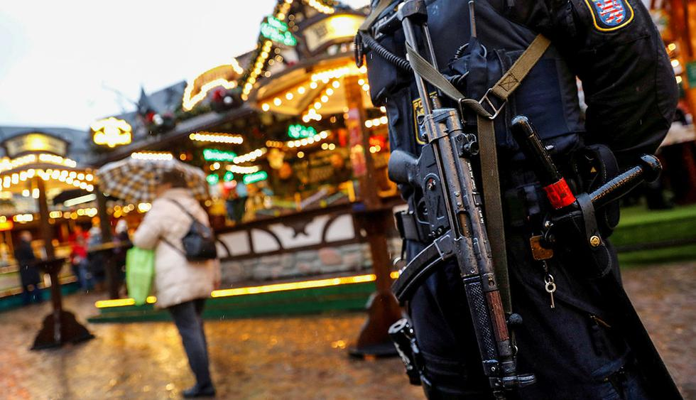 German riot police with submachine guns patrol the Christmas market prior to its official opening in Frankfurt, Germany, November 27, 2017.  REUTERS/Kai Pfaffenbach     TPX IMAGES OF THE DAY