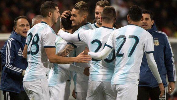 Ángel Correa recibiendo el cariño del seleccionado argentino tras la victoria. (Foto: EFE)