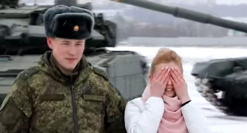 Un militar ruso sorprendió a su novia al pedirle matrimonio formando un corazón gigante con 16 tanques de guerra | Foto: Captura de video RT en español