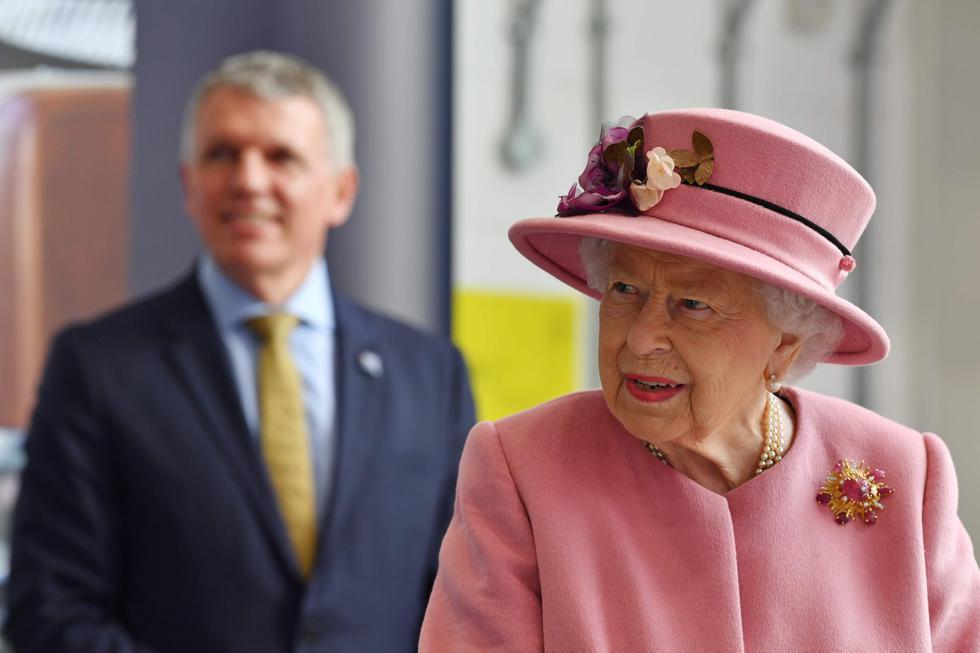 La reina Isabel II visita el Laboratorio de Ciencia y Tecnología de Defensa (Dstl) en el parque científico de Porton Down, ubicado cerca de Salisbury, en el sur de Inglaterra. Esto ocurre en medio de la pandemia de coronavirus. (AFP / POOL / Ben STANSALL).