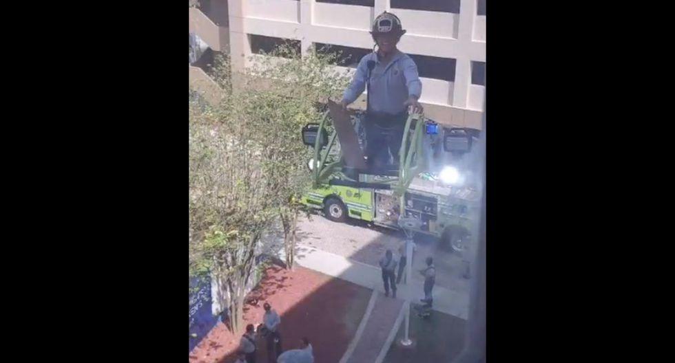 Ellos desplegaron la totalidad de la escalera para dirigirse hasta su ventana en un cuarto piso. (Foto: Twitter)