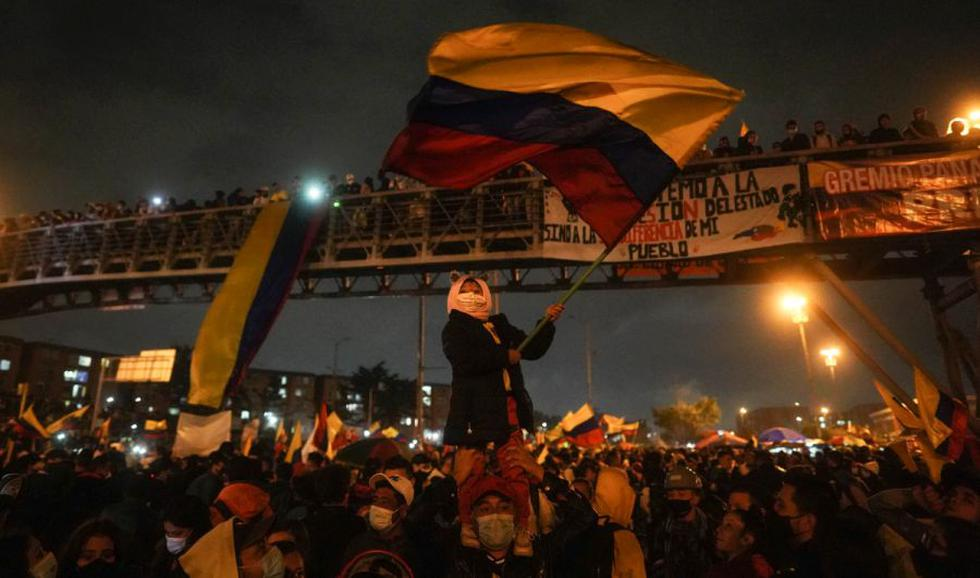 Un manifestante ondea una bandera colombiana mientras se reúnen en Portal Américas durante una protesta en Bogotá, Colombia. (Foto: Nathalia Angarita / Bloomberg).