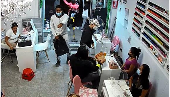 Las cámaras de seguridad de una salón de belleza captaron a alías 'Wally' cuando asaltó a ocho mujeres-. (Captura de video)