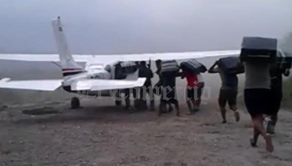 Campesinos de la zona esperan el aterrizaje de las avionetas para cargarlas con costales de cocaína que pesan entre 20 y 30 kilos.