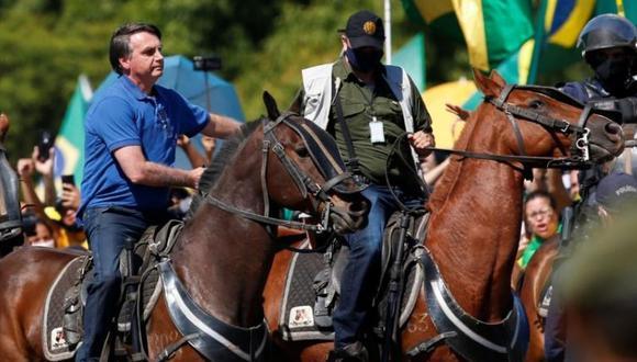 El presidente de Brasil, Jair Bolsonaro, monta un caballo durante una manifestación de sus partidarios, en medio del brote de coronavirus, en Brasilia, Mayo 31, 2020. (REUTERS/Ueslei Marcelino).