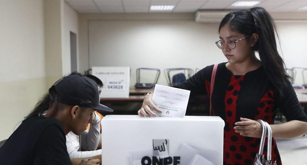 Las mujeres representan más del 50% del padrón electoral. En esta imagen, una electora en la UNI. (Foto: César Campos)