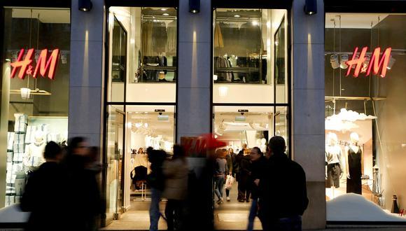 Gente caminando en frente de la vitrina de un H&M en Barcelona, España. (Foto: Reuters)