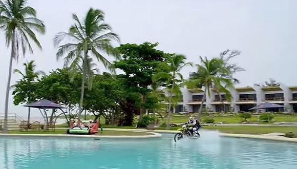 YouTube: ¿Cómo atravesar una piscina con una moto?