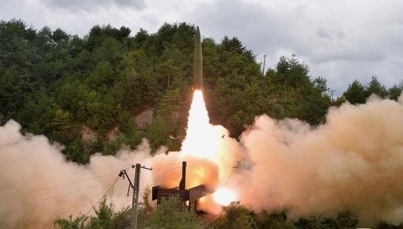 Un ejercicio de prueba de disparo de un regimiento de misiles ferroviario. (Foto: STR / KCNA A TRAVÉS DE KNS / AFP).