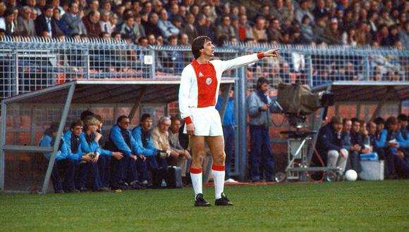En abril de 1982, el futbolista Johan Cruyff da indicaciones durante partido entre Ajax y NEC que ganaron por 5 goles a 0. Foto: Agencia AFP