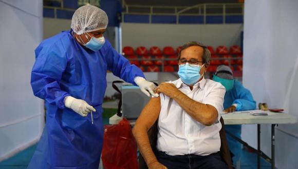 Alcalde de Miraflores, Luis Molina, fue vacunado hoy contra el COVID-19. (Foto: Hugo Curotto / @photo.gec)