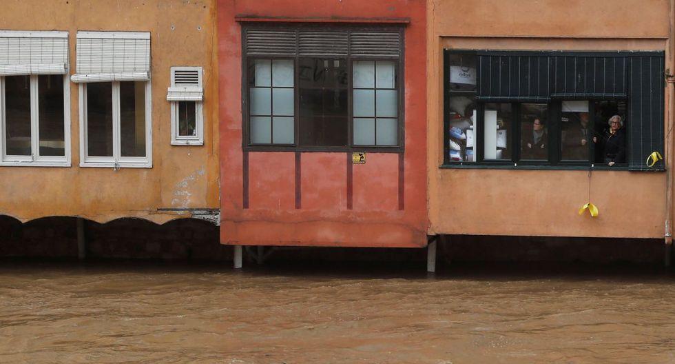 """Los residentes observan el alto nivel del río Onyar durante el temporal """"Gloria"""" en Girona, España. (Foto: Reuters)"""