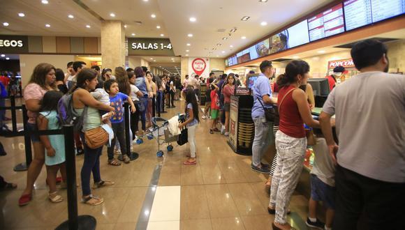 Para los cines, la norma establece un distanciamiento mínimo de 2 metros entre butacas ocupadas; 1,5 metros en las colas y de 2 metros en ascensores y servicios higiénicos. También dispone la señalización en los pisos de áreas comunes. (Foto: GEC)