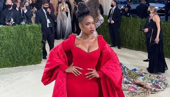 La actriz, cantante y portavoz estadounidense se lució en la red carpet de la MET Gala 2021 con un imponente vestido rojo. (Foto: @metmuseum).